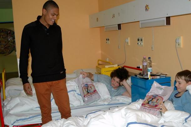 Dorostenci FC Vysočina nadělovali v jihlavské nemocnici