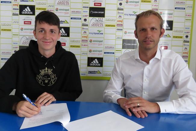 Tomáš Franěk podepsal první profesionální smlouvu.